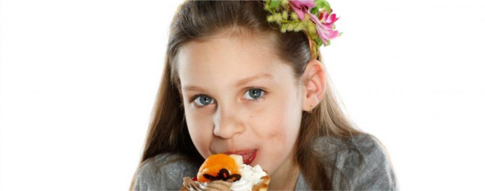 criança comendo doce